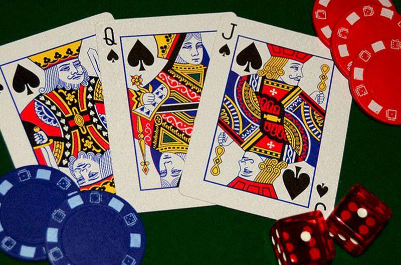 Les cartes à jouer pour le poker à 3 cartes sont posées sur la table