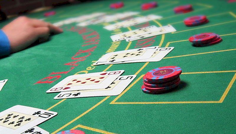 Paires disposées sur une table de blackjack et jetons